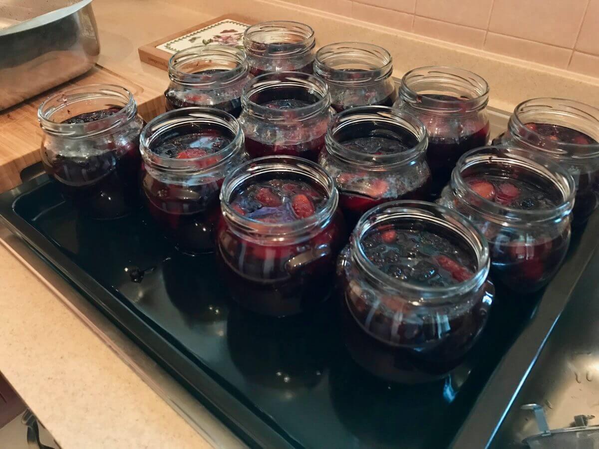 Pečené ovoce plnění sklenic