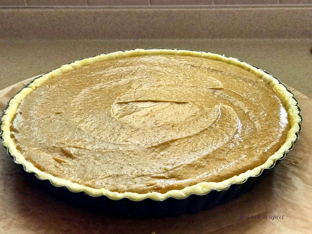Pumpkin pie sestavený koláč před pečením