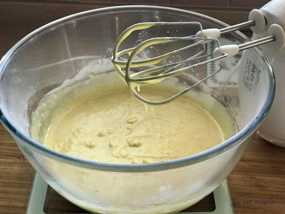 Vánoční cupcake s malinovým krémem výroba těsta 3