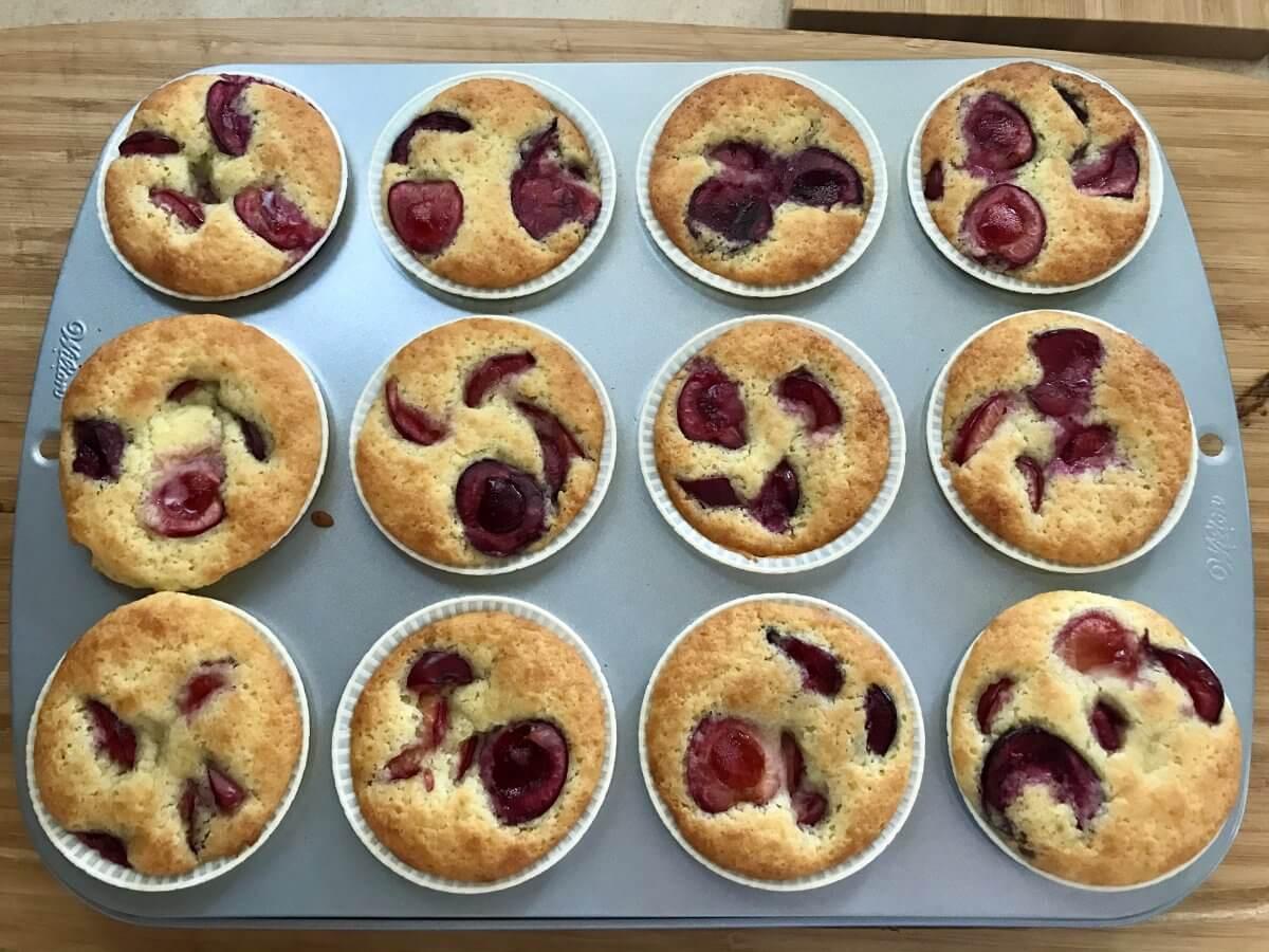 Muffiny s třešněmi upečené